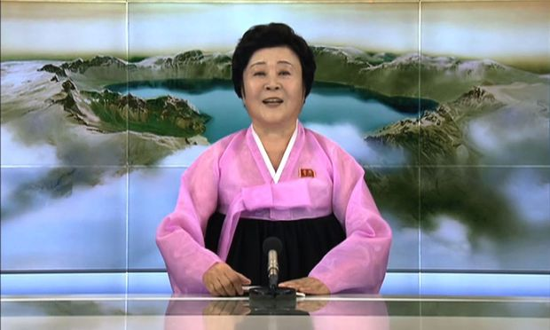 Ri Chun Hee, Nachrichtensprecherin in Pink