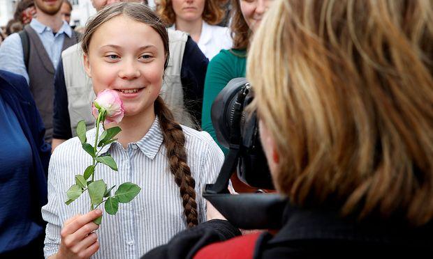 Greta Thunberg hat ihr Zeugnis bekommen - und zeigt es damit ihren Kritikern
