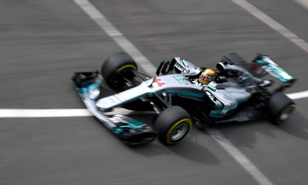 Schräglage oder optischer Fototrick? Mercedes-Star Lewis Hamilton fuhr in Silverstone zur 67. Pole Position seiner Karriere.