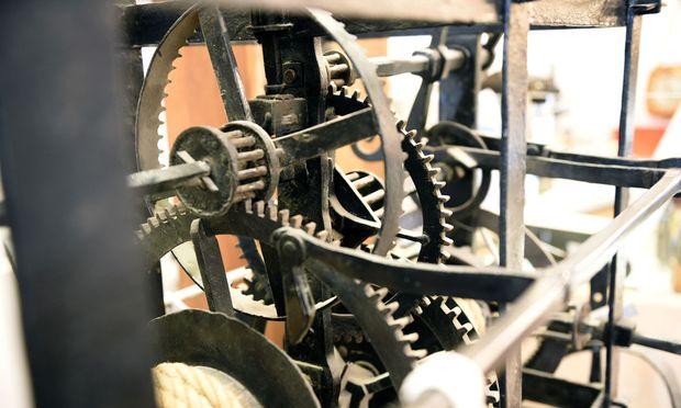 Das Innere einer alten Turmuhr dominiert den Verkaufsraum. (l.)