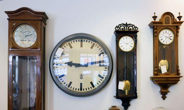Es gibt kein Stück Regal oder Wand, an dem nicht eine Uhr tickt. (r.)