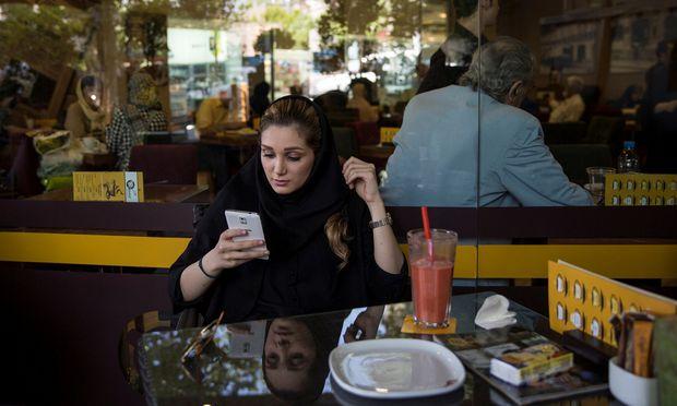 Ein Bild aus besseren Zeiten in Teheran: Die Wirtschaftskrise und die neuen US-Sanktionen setzen den Iranern massiv zu.