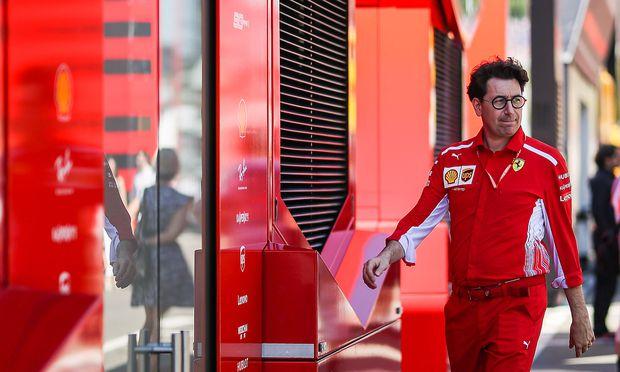 Teamchef Mattia Binotti auf dem Weg zum Ferrari-Truck