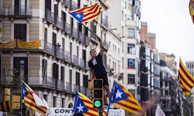 Studenten protestieren in Barcelona für die Unabhängikeit.