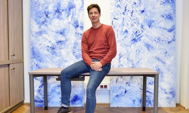 """Die Erkenntnisse aus seiner Forschung zum Wiener Vorstadttheater und dessen teilweise progressivem Anspruch hat Cornelius Mitterer in die von ihm kuratierte Schau """"Neue Kunst jenseits der Linie?"""" im Bezirksmuseum Rudolfsheim- Fünfhaus einfließen lassen."""