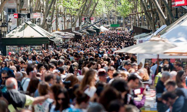 Die Flaniermeile La Rambla in Barcelona ist zu einer reinen  Touristenmeile geworden, die von Einheimischen mittlerweile  gemieden wird.