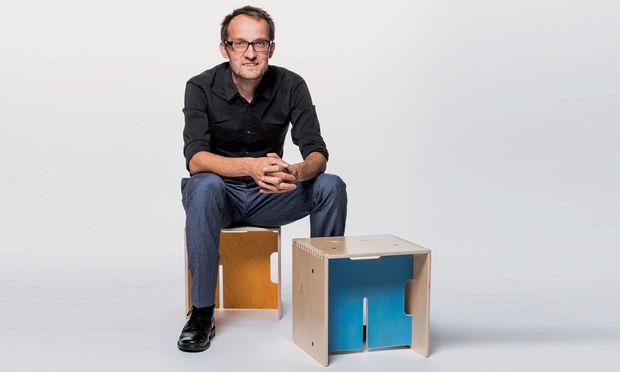"""Sitzkiste. """"Max-in-the-box"""" heißt die modulare Tisch-Sessel-Kombination, auf der Thomas Maitz Platz nimmt."""