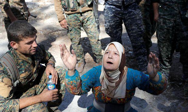 Eine Frau betet, nachdem sie von der IS-Herrschaft in der Stadt Raqqa befreit wurde.