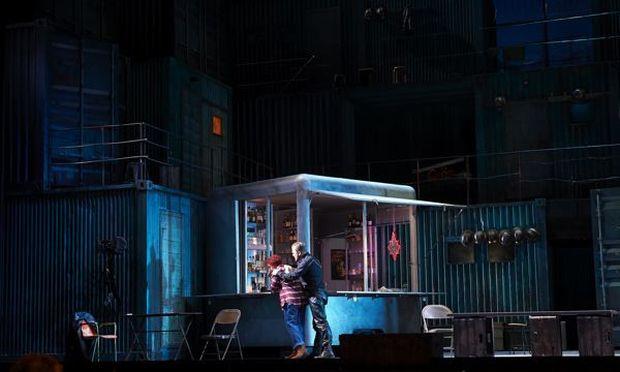 """Eva-Maria Westbroek und Tomasz Konieczny können einander nicht näherkommen: Puccinis genial zwischen Brutalität und Lyrismus changierende """"Fanciulla del West"""" bringt Krimispannung in die Staatsoper."""
