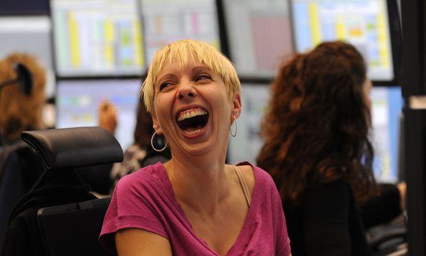 Fröhliche Zeiten. Eine Aktienhändlerin an der Börse in Frankfurt.