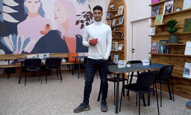 Kunstbücher statt Devotionalien: Rubin Okotie verkauft im Plain Frühstück, Bowls und Bagels zum Dortessen oder Mitnehmen.