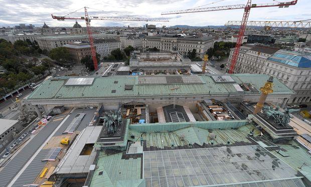Baustelle Parlament: Die jetzige Abdeckung soll komplett durch ein graues Blechdach ersetzt werden