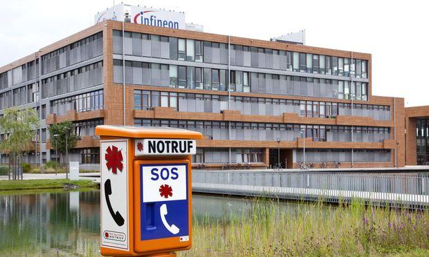 Notrufsaeule vor der Zentrale der Infineon Technologies AG in Neubiberg bei Muenchen Bayern Deutschl