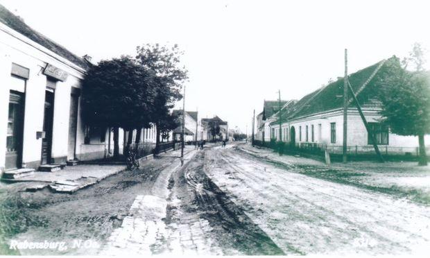 Man wurde auf die neue Zeit eingeschworen. Die Hauptstraße von Rabensburg, um 1918.