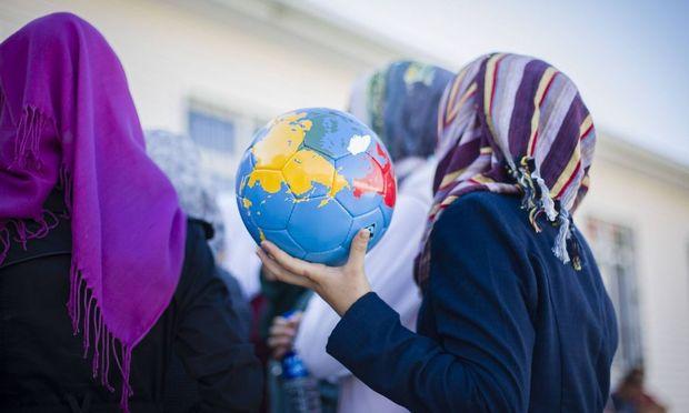 Ab 2019 sollen Mädchen kein Kopftuch mehr in der Schule tragen dürfen, fordert die Koalition.