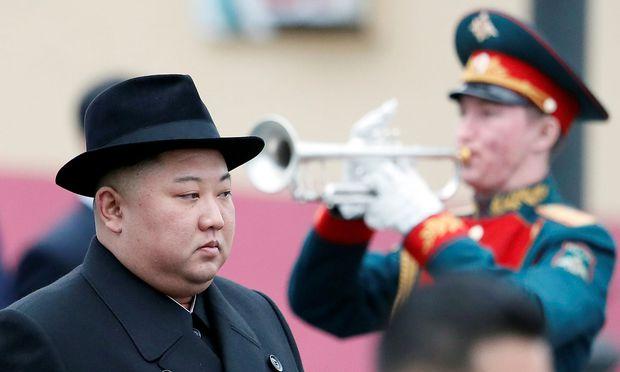 Musikalischer Empfang: Ganz in Schwarz erschien der nordkoreanische Anführer, Kim Jong-un, gestern in Wladiwostok.