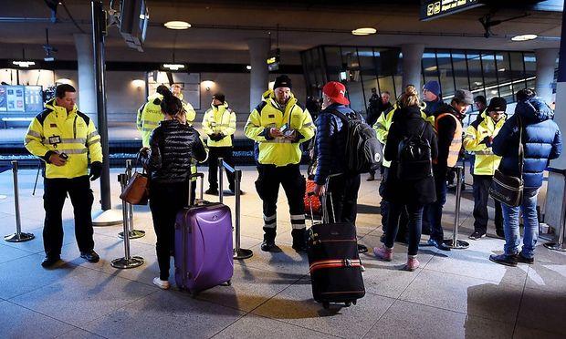 In den letzten Jahren hat Schweden viele Flüchtlinge aufgenommen, die Regierung hat die Asylgesetze nun drastisch verschärft. Im Bild: Passkontrollen am Flughafen Kastrup in Kopenhagen, der per Bahntunnel direkt an Schweden angebunden ist.