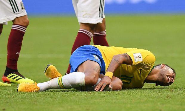 Neymar windet sich am Boden