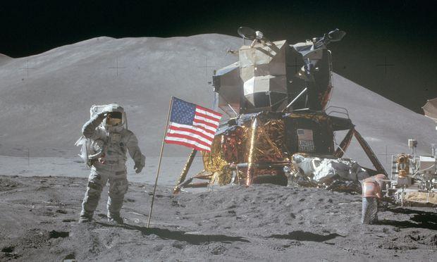 Buzz Aldrin neben der US-Fahne, die er auf dem Mond gehisst hat.
