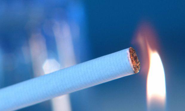 Zigarette wird angezuendet