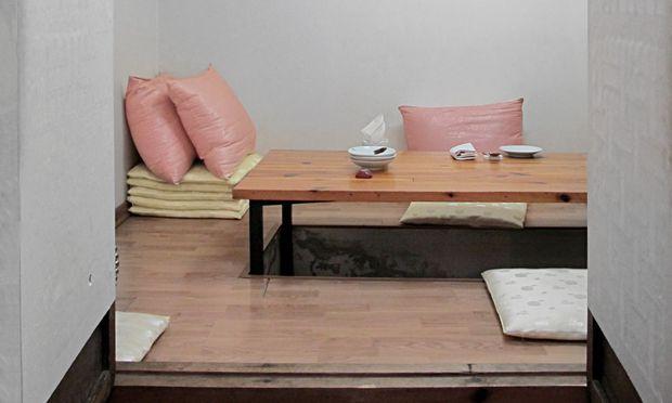 Schuhfrei. Das Doore ist ein sehr traditionelles Restaurant, man sitzt auf dem Boden.