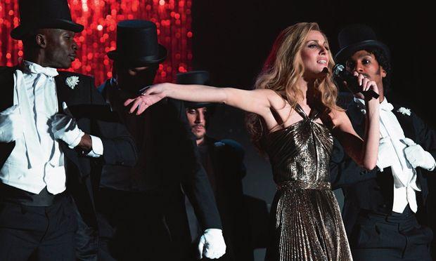 """""""J'attendrai le jour et la nuit"""", sang sie. 20-mal brillierte Dalida (hier hervorragend dargestellt von Sveva Alviti) im ausverkauften Pariser Palais des Sports – mit ihrem Discoprogramm, choreografiert von Lester Wilson, der auch """"Saturday Night Fever"""" prägte."""
