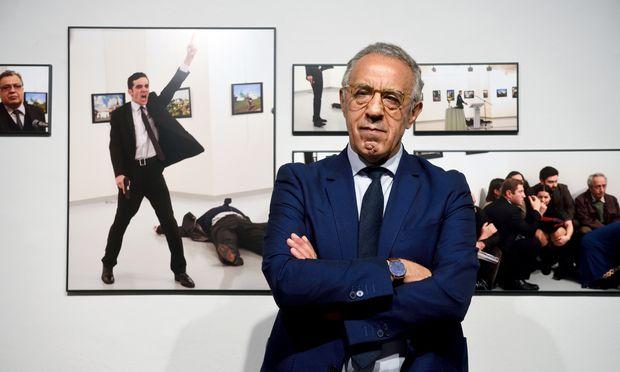 Bilder eines Attentates: Der türkische Fotojournalist Burhan Özbilici vor seinen Bildern in der Fotogalerie Westlicht.