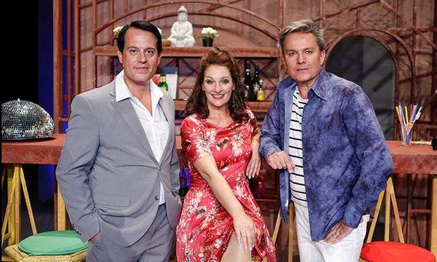 """Gregor Glanz, Patricia Nessy und Alfons Haider stehen in """"Santa Maria"""" auf der Bühne."""