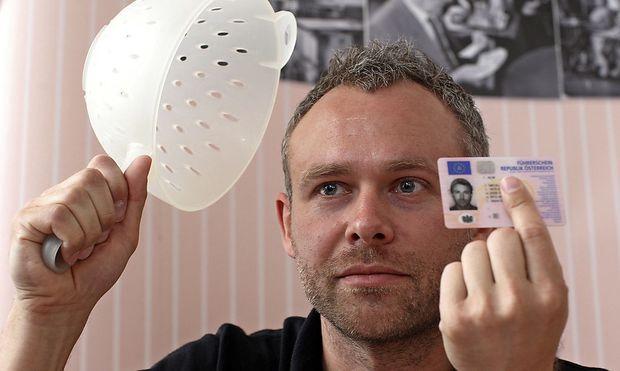 Niko Alm hatte es 2011 geschafft, mit einem Nudelsieb am Kopf für den Führerschein fotografiert zu werden.