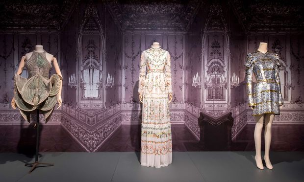Neo-Barock. Entwürfe von Iris van Herpen und Nicolas Ghesquière für Louis Vuitton vor einer Winterpalais-Tapete.