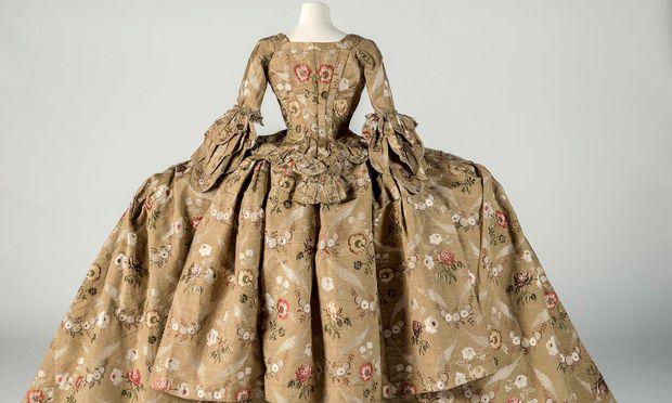 Ausladend. Für höfische Inszenierung im England des 18. Jahrhunderts waren voluminöse Mantuakleider gerade noch schicklich.