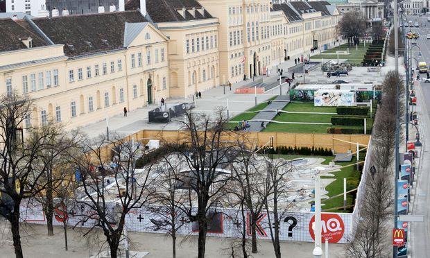 Vor dem Museumsquartier entsteht hinter einem hohen Zaun ein Minigolfplatz.