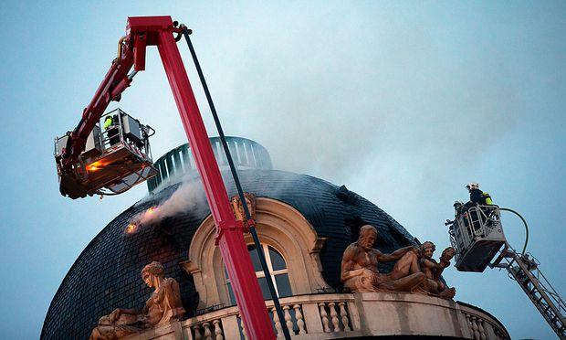 Rauch steigt durch das Dach des Palais' Fanto am Wiener Schwarzenbergplatz.