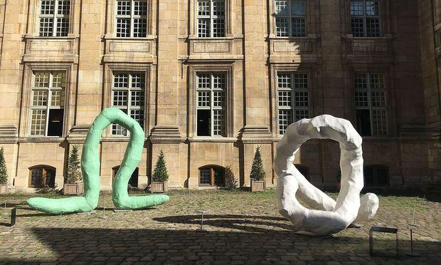 Im Rahmen der Pompidou-Ausstellung stehen Wests Skulpturen auch im Pariser Marais an verschiedenen Orten, hier im Hof des Pariser Stadtarchivs