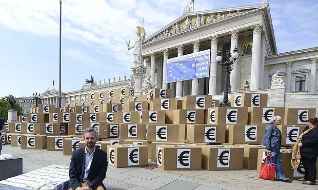 Schachtel-Berg vor Parlament