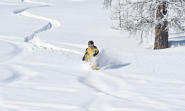 Durch den Powder stoben, gleich wie ein Freerider. Mit dem Unterschied, dass es der Snowbiker schneller lernt.