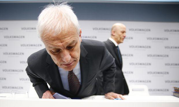 Ja, er sitzt richtig: VW-Konzernchef Müller bei der gestrigen Jahrespressekonferenz.
