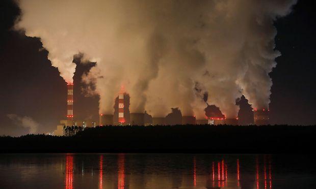 Rauch und Dampf aus dem polnischen Kohlekraftwerk Belchatow