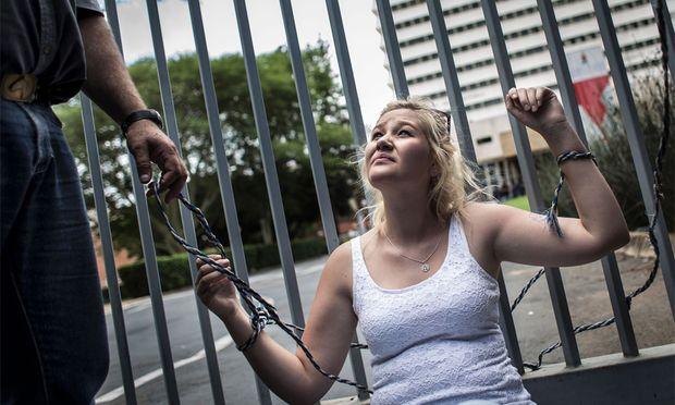 Diese Studentin demonstriert gegen die Abschaffung der Lehrsprache Afrikaans.