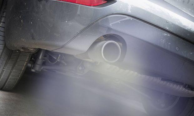 Symbolbild Abgase giftiger Rauch stroemt aus dem Auspuff eines Autos Feinstaubalarm *** Symbol image