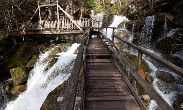 Über 26 Holzbrücken geht es hinauf: die Myrafälle in Muggendorf. Fünf Millionen Liter Wasser stürzen hier täglich in die Tiefe, die Gesamthöhe der Myrafälle beträgt 125 Meter.