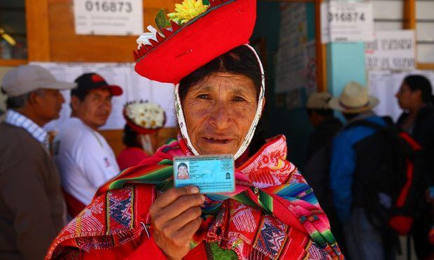 """Eine Wählern im """"Heiligen Tal der Inkas"""" im Süden Perus zeigt ihre ID-Karte"""
