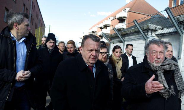 """Bis 2013 will der bürgerliche Ministerpräsident, Lars Lökke Rasmussen, 22 sozial schwache Problemgegenden im Lande, die er als """"Ghettos"""" mit hohem nichtwestlichen Einwandereranteil und hohen Kriminalitätsraten identifiziert hat, in gewöhnliche dänische Wohnviertel umwandeln."""
