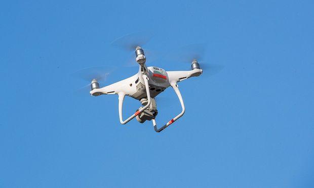 Mutter und Sohn von Drohne mit Nägeln beschossen