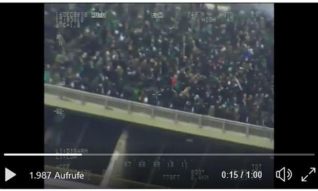 Rapid-Fans auf der Brücke über die A23