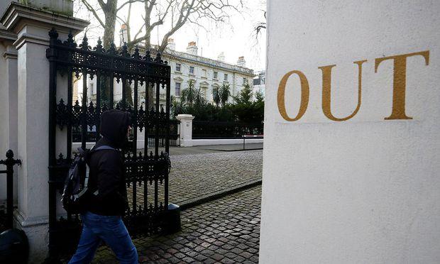 Im Hintergrund die russische Botschaft in London