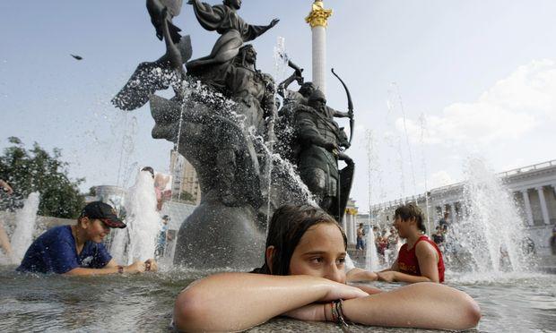 Badevergnügen im Zentrum von Kiew. Die meisten Ukrainer können sich Auslandsreisen nicht leisten.