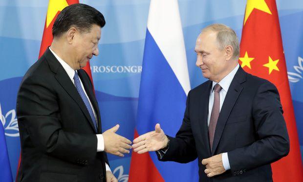 RUSSIA-CHINA-Chinas Präsident Xi Jinping und sein russischer Kollege Wladimir Putin trafen einander bei einem Wirtschaftsforum in Wladiwostok.