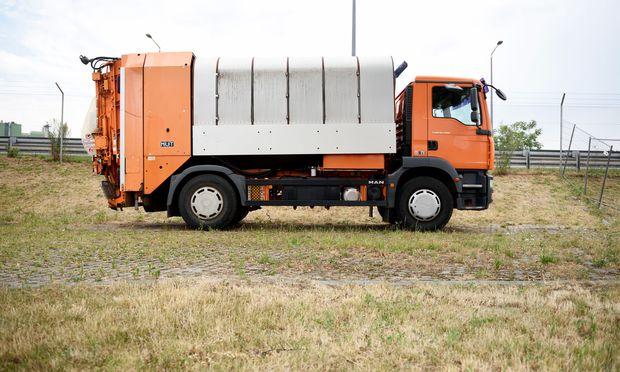 Falls jemand Bedarf an alten Fahrzeugen der Müllabfuhr hat – die Stadt Wien verkauft regelmäßig ausgemusterte Geräte. Nächste Gelegenheit: 17. und 18. Juli am Abschleppplatz Simmering.