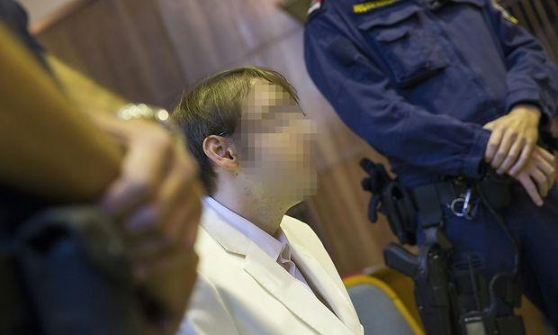 Alen R. erschien auf heute wieder im weißen Anzug vor Gericht
